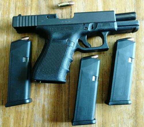 Glock 19 gen 4 with 3 clips + 1